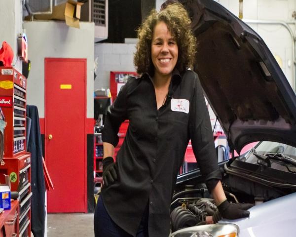 Las mujeres al mando en un taller mecanico de Filadelfia