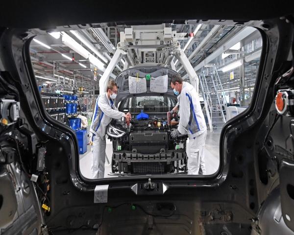 Los fabricantes de automóviles se ajustan a la